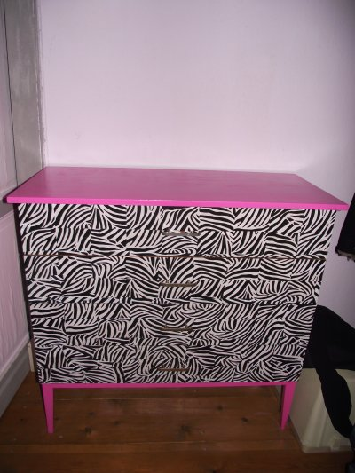 Customisation : commode z�bre et rose et chevet rose